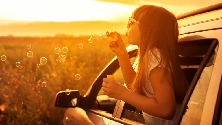 Child enjoy in car.